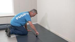 Plak de vloer zorgvuldig af met stucloper of een dik plastic-folie.