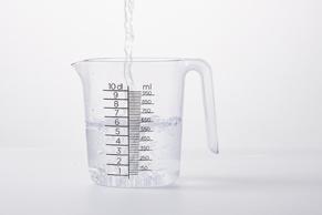 Stap 2: Maatbeker met warm water vullen