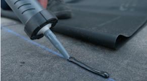 EPDM - Eerste streep lijm aanbrengen en folie plakken