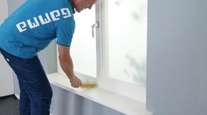 Verwijder het stof met een borstel en vochtige doek.