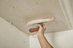 Breng de stucmortel aan op het plafond