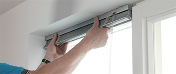 Raamdecoratie ophangen - Verticale lamellen PVC idd